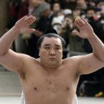 Estrella del sumo retirado tras agredir a compañero, multado con 3.700 euros