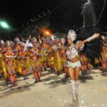 Espectáculo inédito de sambistas reúne multitud en Río y da paso al carnaval