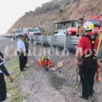 Muere calcinado conductor al caer  camión en barranco del libramiento e incendiarse