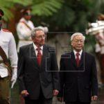 Raúl Castro recibe a líder comunista de Vietnam, que condona la deuda a Cuba