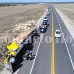 """Se """"recuesta"""" sobre su derecha un trailer cargado con madera; conductor y acompañante lesionados"""