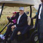 Arrojan pintura roja en fachada de club de golf de Trump en Florida