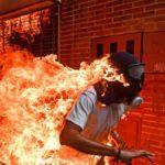 Imagen de opositor venezolano en llamas gana el World Press Photo