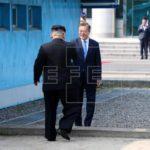 Kim Jong-un bromea con Moon Jae-in al llevarlo al Norte de la frontera