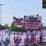Maestros y militantes del PRI se enfrentan con palos y piedras en México