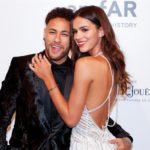 """Novia de Neymar recibe decenas de cromos de él que """"cambia por cualquiera"""""""