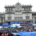 Maestros de Guatemala acaban paro tras casi un mes huelga y 4 días de plantón