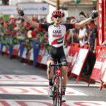 Mohoric el más fuerte en la etapa maratón, Yates resiste de rosa