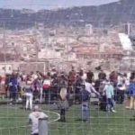 Once heridos al derrumbarse grada mientras entrevistaban a Iniesta