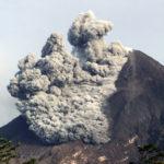 Volcán indonesio Merapi expulsa columna de ceniza hasta 5.500 metros altura