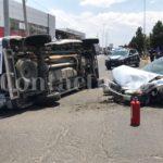 Brutal encontronazo en el bulevar Francisco Villa con fuertes daños materiales y lesiones leves a conductores