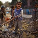Gobierno chileno pide perdón a más de 200.000 niños que trabajan en el país
