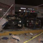 Toldo y barda se vienen abajo esta madrugada y aplastan decenas de autos nuevos en Proveedora Chevrolet