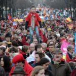 Miles de personas se manifiestan en París en favor de los inmigrantes