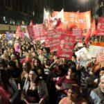 """Multitudinario grito por aborto legal se suma al """"Ni Una Menos"""" en Argentina"""