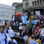 Piden la renuncia de Morales mientras sigue amenazante volcán en Guatemala