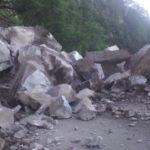 Problemas para circular por la libre a Mazatlán ante enormes derrumbes de roca