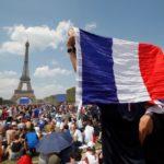 """Baño de masas de los """"bleus"""" en París"""