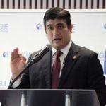 Presidente costarricense toma receso para compartir vacaciones con su hijo