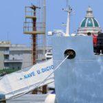 Barco de Guardia Costera italiana con 177 migrantes sigue esperando un puerto