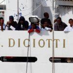 """Comienza el desembarco de los inmigrantes del barco """"Diciotti"""" en Catania"""