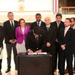Presidente Costa Rica firma ley para bloquear señal de celulares en cárceles