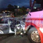 Autobusero se le cierra a auto compacto y le causa serios daños materiales y gran susto a sus ocupantes