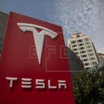 Las acciones de Tesla caen tras renunciar su director financiero