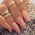 Prohíben a diputadas Tanzania llevar uñas o pestañas postizas en Parlamento
