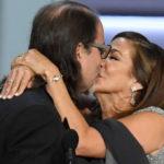 Un ganador de los Emmy le propone matrimonio a su pareja sobre el escenario