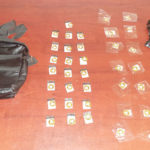 Huye de policías tras aventar droga que vendía