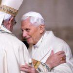 El papa Francisco visita a Benedicto XVI y le felicita la Navidad
