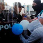 Nicaragüenses con banderas azules y blancas se concentran frente a sede OEA