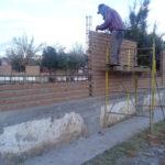 Avanza construcción de barda perimetral en escuela de Vicente Guerrero