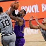 124-98. Forbes mantiene líderes a los Spurs