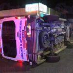 Ambulancia chocada y volcada llevaba a un apuñalado al Hospital 450 y entre los lesionados está un médico que lo iba atendiendo
