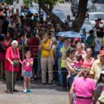 El chavismo tiñe rojas las calles y Guaidó responde con tímida concentración